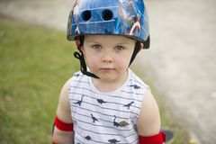 Menino pequeno bonito do skater com atitude imagens de stock royalty free