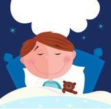 Menino pequeno com seu urso de peluche que dorme na cama Imagens de Stock