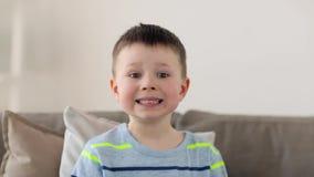 Menino pequeno de sorriso do preteen em casa video estoque