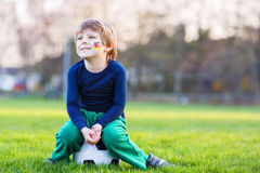 Menino pequeno do fã na visão pública do jogo do futebol ou de futebol Fotos de Stock Royalty Free