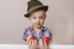 Menino pequeno e bonito da criança de 4 anos em um chapéu e em uma camisa que guardam as mãos Fotos de Stock