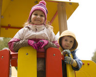 Menino pequeno e menina bonitos que jogam fora Fotos de Stock