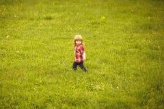 Menino pequeno na grama verde fotografia de stock royalty free