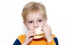 Menino pequeno que come o sanduíche saudável Imagens de Stock
