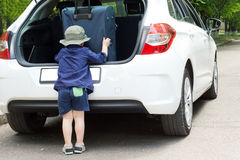 Menino pequeno que embala sua bagagem Fotografia de Stock Royalty Free