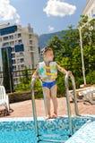 Menino pequeno que espera para ir nadar na associação Imagem de Stock Royalty Free