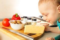 Menino pequeno que faz a pizza Fotografia de Stock