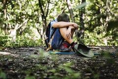 Menino perdido e triste na floresta fotografia de stock