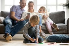 Menino pré-escolar da criança que guarda o desenho do marcador da cor que joga em casa Imagem de Stock Royalty Free