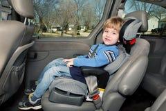 Menino pré-escolar da idade em um assento do impulsionador imagem de stock