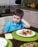 Menino pré-escolar que não é interessado seu alimento Fotos de Stock