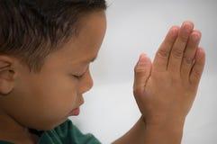 Menino Praying imagens de stock
