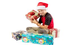 menino Pre-adolescente e uma seleção de presentes do Natal Fotos de Stock