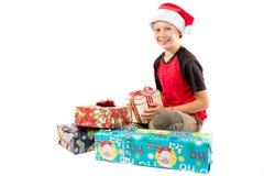 menino Pre-adolescente e uma seleção de presentes do Natal Imagem de Stock