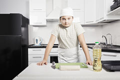 Menino preparado para cozinhar Imagem de Stock Royalty Free