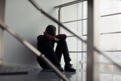 Menino preteen virado que senta-se na escadaria imagens de stock royalty free