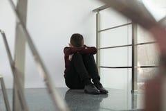 Menino preteen virado que senta-se na escadaria fotos de stock royalty free