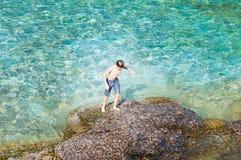 Menino que anda fora de um lago bonito após uma nadada imagem de stock