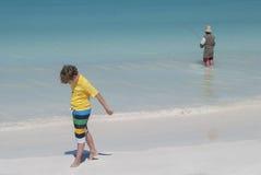 Menino que anda na praia Foto de Stock