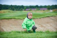 Menino que anda o campo de golfe Imagem de Stock