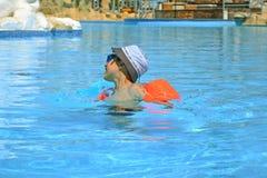 Menino que aprecia nadar na associação fotos de stock