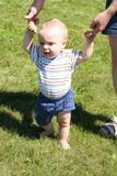 Menino que aprende andar Imagem de Stock