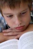 Menino que aprende no assoalho Foto de Stock Royalty Free