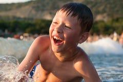 Menino que banha-se no mar Imagens de Stock