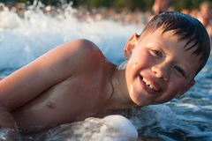 Menino que banha-se no mar Imagens de Stock Royalty Free