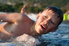 Menino que banha-se no mar Fotografia de Stock