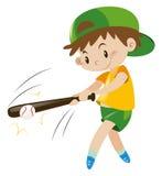 Menino que bate a bola com bastão de madeira Fotografia de Stock Royalty Free