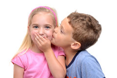Menino que beija a menina Imagens de Stock Royalty Free