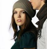 Menino que beija a menina adolescente da idade na cabeça imagem de stock