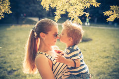 Menino que beija sua mamã Imagens de Stock Royalty Free