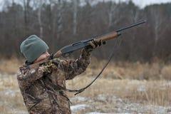 Menino que caça para fora Fotos de Stock
