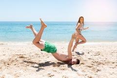Menino que cai na praia Imagem de Stock Royalty Free