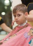 Menino que começ um corte de cabelo Fotografia de Stock Royalty Free