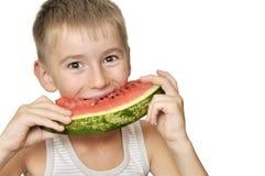Menino que come a melancia Fotos de Stock Royalty Free