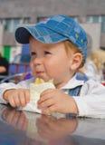 Menino que come o bolo Fotos de Stock Royalty Free