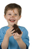 Menino que come o bolo Fotografia de Stock Royalty Free
