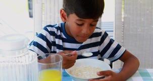 Menino que come o café da manhã 4k vídeos de arquivo