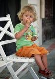 Menino que come o gelado Fotografia de Stock Royalty Free
