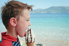 Menino que come o gelado Foto de Stock Royalty Free