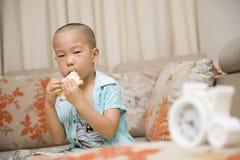 Menino que come o pão fotografia de stock royalty free