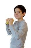 Menino que come um Hamburger e um sorriso Imagens de Stock Royalty Free
