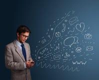 Menino que datilografa no smartphone com vários ícones modernos da tecnologia Foto de Stock