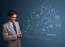 Menino que datilografa no smartphone com vários ícones modernos da tecnologia Foto de Stock Royalty Free