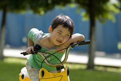Menino que descansa na bicicleta Fotografia de Stock