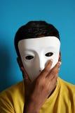 Menino que desgasta uma máscara Fotos de Stock