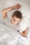 Menino que dorme em seu para trás Fotografia de Stock Royalty Free